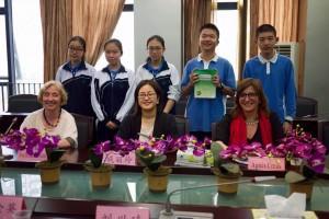Alumnos de una escuela de Shenzhen con Josefina Cambra y Liling Qi